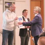 Stefan Cink bekommt auf der Champion-Tour den Award überreicht.